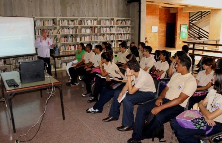 Los estudiantes de la UE Cecilia Mujica, durante la jornada en la Biblioteca Félix Pifano con el Cronista de San Felipe